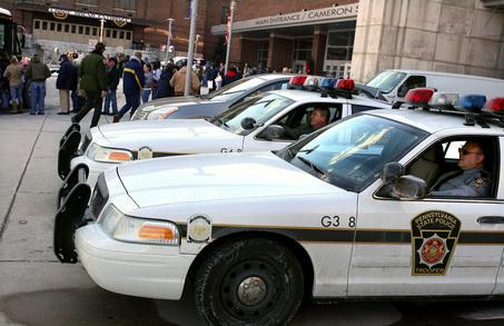 Agentes de policía de Pensylvania en sus coches patrulla