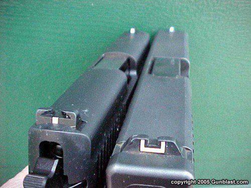 Dos pistolas que necesitan miras nocturnas.  El autor piensa que cualquier arma defensiva seria debe llevar un buen conjunto de miras nocturnas. En los lugares oscuros, el contorno blanco simplemente no es suficiente.