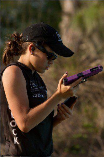Tiradora IPSC Tori Nonaka glock violeta