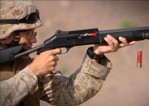 Marine disparando con la escopeta Benelli M3 Super 90 con culata retráctil