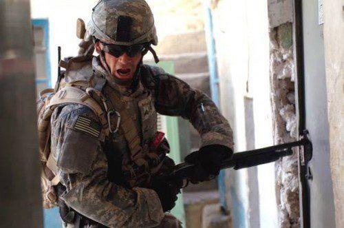 Marine americano reventando una cerradura con escopeta táctica