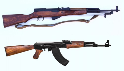 Detalle en el que se aprecian un AK47 y el SKS Simonov, fusil de dotación que sustituyo.