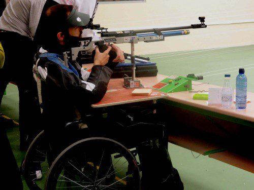 Discapacitado fisico compitiendo en carabina