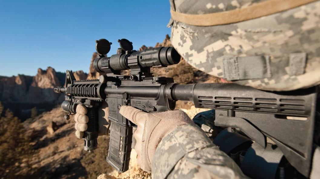 Soldado apuntando con la carabina M4