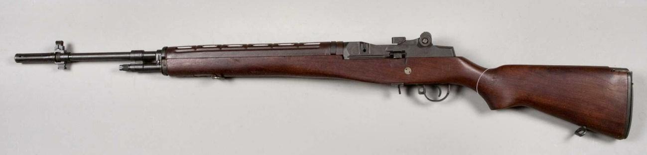 """En la imagen podemos ver el fusil de combate M14. Fue la evolución del M1 Garand que estuvo en servicio en la Segunda Guerra Mundial. El M14 tenía la capacidad de disparar en modo ráfaga, pero sólo si se activaba un mecanismo con la """"llave"""", que tenía el sargento de pelotón."""