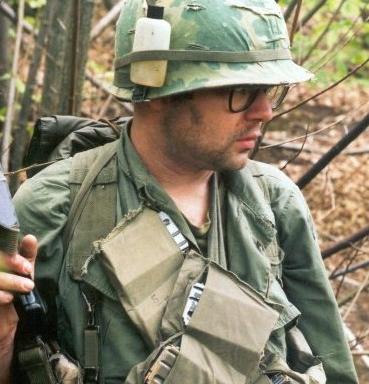 Ver a los soldados limpiando sus fusiles era algo común y necesario, incluso era habitual ver las aceiteras cogidas con cintas junto a los paquetes de cigarrillos en sus cascos