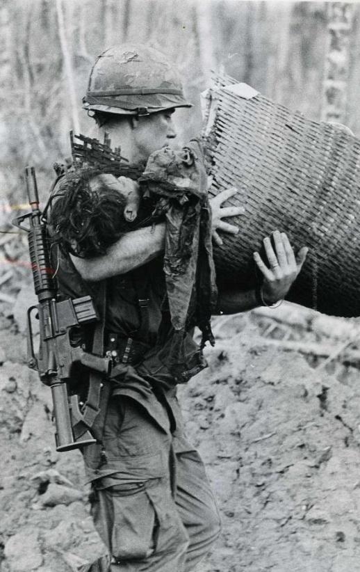 En la imagen podemos ver un soldado (Vietnam) con el CAR-15 colgado.
