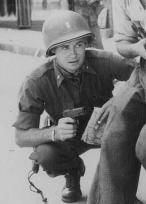 La foto muestra soldado americano con una Colt M1911 durante la Segunda Guerra Mundial.
