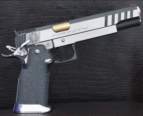 """Pistola alta capacidad de 6"""" en acero inoxidable con grabados personalizados y martillo QB."""