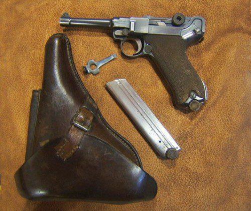 La pistola de la imagen pertenece a mi colección particular y fue fabricada por la DWM, iniciales de la Deutsche Waffen und Munitionsfabrik (Fábrica de Armas y Municiones Alemana), fechada en 1915, justo durante la Primera Guerra Mundial.