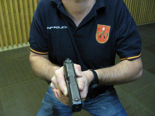 El desenfunde y la presentación del arma.
