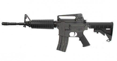 M 4 A1 Carbine. Culatín totalmente retraído. Largo total: 838 mm con culatín extendido y 757 mm con culatín retraído. Largo de cañón: 370 mm. Peso: 3 Kg. con cargador lleno con 30 cartuchos y con cargador vacío: 2,52 Kg. Cadencia de fuego: 700-950 tiros por minuto. Alcance máximo: 360 m