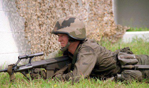 Soldado austriaco con un Steyr AUG A1