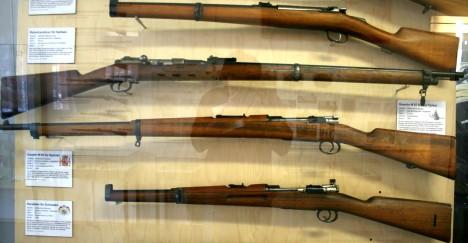 El Mauser Modelo 1893 del Ejército español, segundo por debajo.