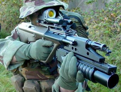 Steyr AUG A3 con lanzagranadas M203