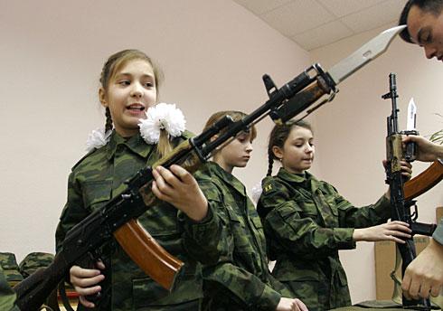estudiante rusa con un AK en la escuela