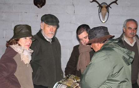Algunos monteros leyendo un ejemplar de la revista Caza Mayor.