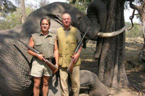 Una de las fotos que levantaron la polémica por la faceta del Rey como cazador y amante de las armas, la foto es de 2007 y fue publicada página web Rann Safaris.