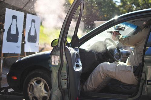 Test balístico: Disparando através de la luna del automóvil