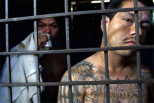 Un joven de la mara de El Salvador, con sus característicos tatuajes, en la cárcel de Soyapango