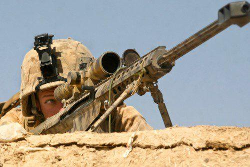Francotirador apostado encima de una casa de adobe durante la Operación Moshtarak (Afganistán).