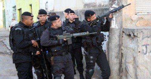 Batallón de Operaciones Policiales Especiales (BOPE) preparandose para entrar en una favela de Rio De Janeiro.
