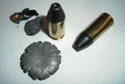 Los restos de la munición Black Mamba fueron recuperados de la segunda garrafa después de haber atravesado completamente la primera.