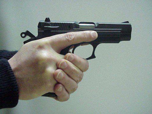 Índice de la mano armada, alejado del disparador. Nótese que índice de la mano de apoyo, está en contacto con el guardamonte.