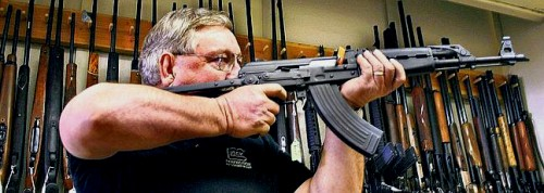 Un coleccionista de armas estadounidense prueba un AK-47 en una tienda de Arizona.