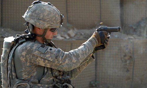 Soldado de la compañía Alfa, 2 º Batallón del Regimiento de Infantería Nº12, 4ta división de infantería, disparando una pistola M9 en Camp Blessing, Afganistán.
