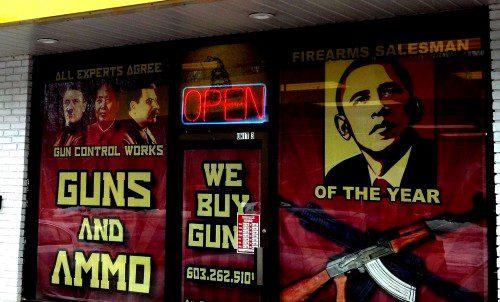 """Obama """"Firearms salesman of the year"""" Los armeros americanos ven cada amenaza prohibicionista como una forma de estímulo económico. Hay quien exhibe y vende pósters declarando a Obama como el vendedor de armas del año."""