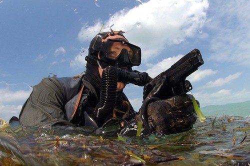 NAVY SEAL armado con una SIG P226 Navy. Esta variante con acabados resistentes a la corrosión fue desarrollada especialmente para los SEALs