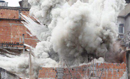Momento en el que el BOPE explosiona la vivienda