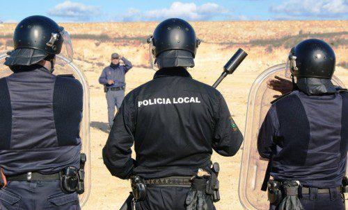 Policías locales con escopeta antidisturbios