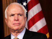 John McCain, Senador republicano por Arizona, muy activo a la hora de criticar la estrategia de Obama en Afganistán, particularmente su decisión de poner fecha al repliegue de las fuerzas de EEUU.