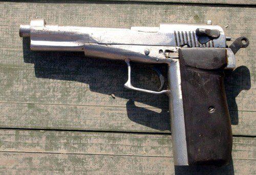 """Copia """"home made"""" de la pistola Beretta 92, que actualmente tiene de dotación la Guardia Civil"""