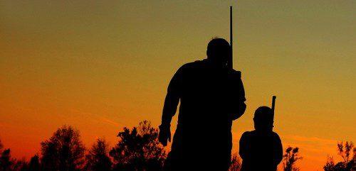 Padre e hijo disfrutando de la caza