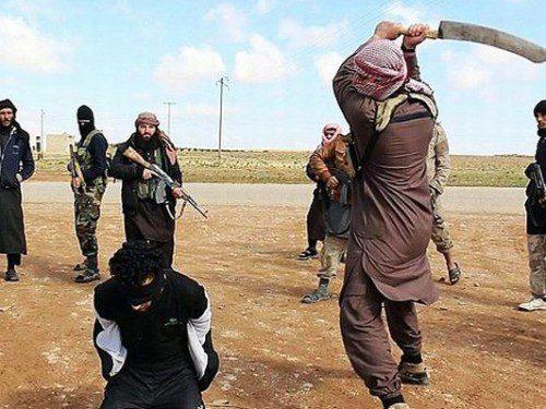 Terroristas Isis cortando cabeza