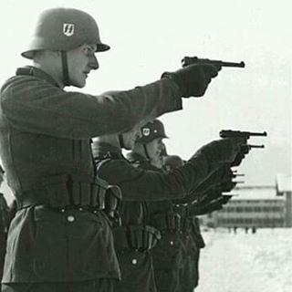 Soldados alemanes durante unas precticas de tiro con sus Luger P08