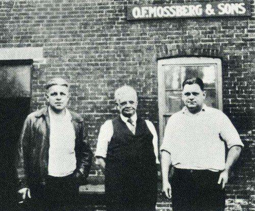 Mossberg & Sons imagen junto a fábrica