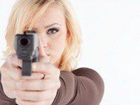 mujer empuñando apistola