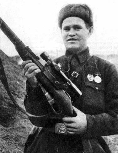 Vasili Zaitsev fotografiado en Stalingrado en octubre de 1942 mientras muestra orgulloso su herramienta de trabajo, el Mosin Nagant.