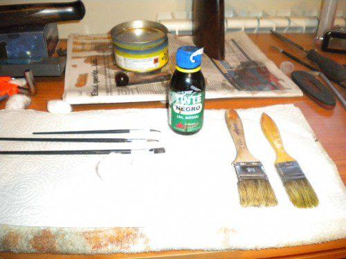 pinceles y brochas para la restauración de un rifle