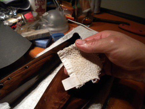 Aplicación del aceite Teka incolora culata rifle