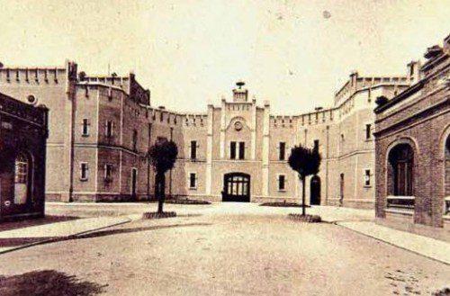Vista interior de la puerta principal de la fábrica de armas de Oviedo.