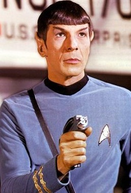 El Capitan Spock de la serie star trek con su pistola laser