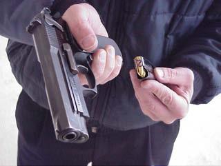 indroducir cargador interrupción pistola.
