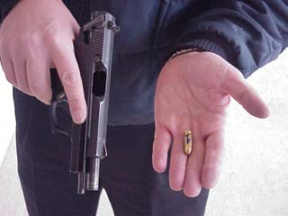 Procedimiento de descarga del arma con el cargador al completo y cartucho en recámara