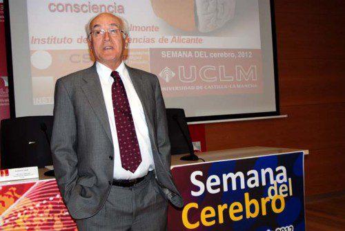 El Doctor Carlos Belmonte al inicio de su ponencia durante la Semana del Cerebro de la Facultad de Medicina de Ciudad Real