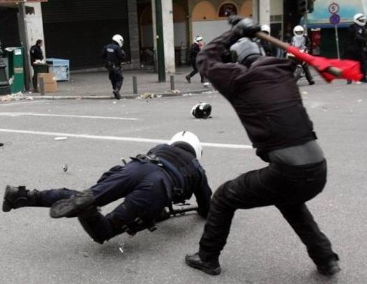 agresión con palo a un policia
